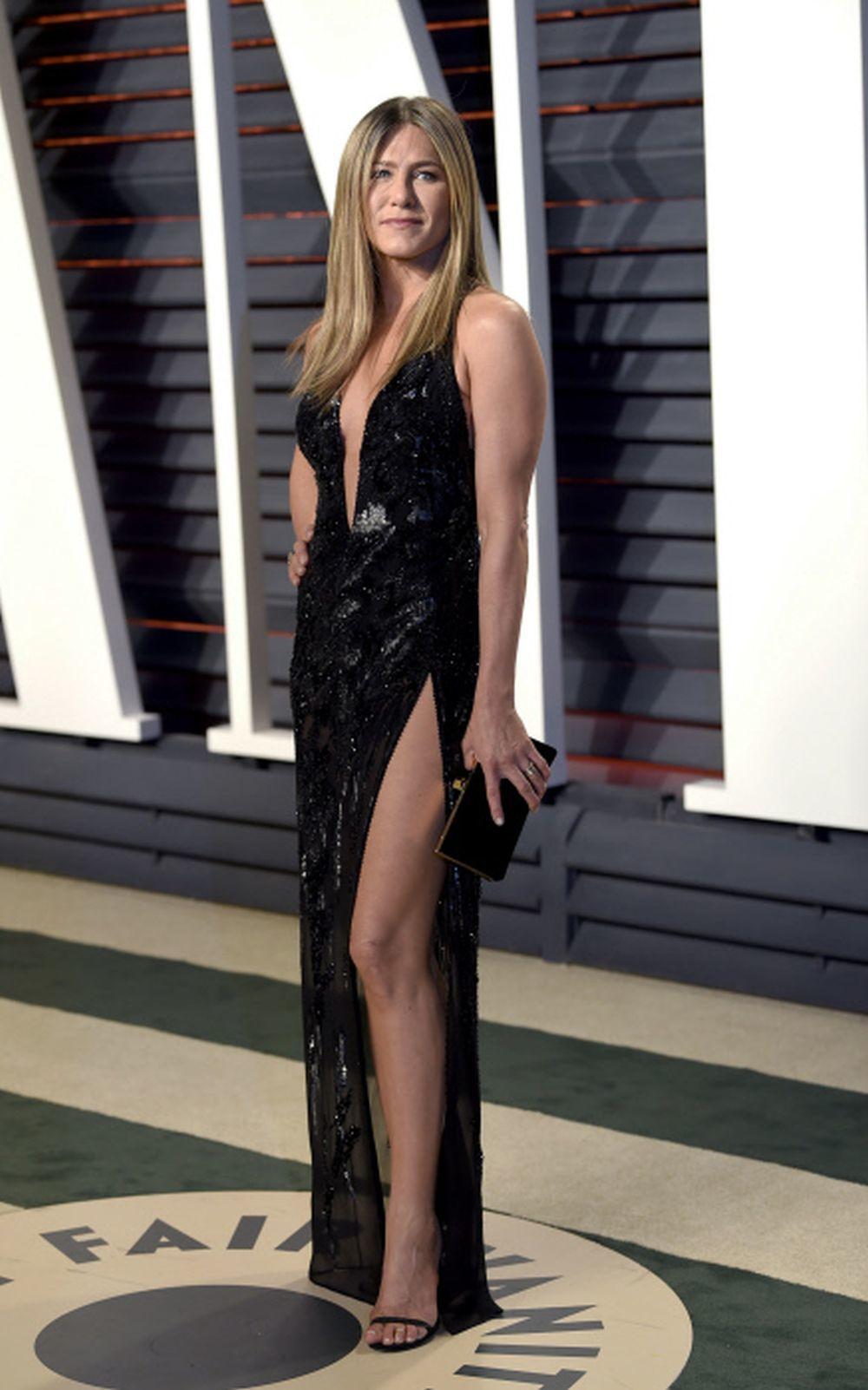 La actriz Jennifer Aniston luciendo piernas y escote.