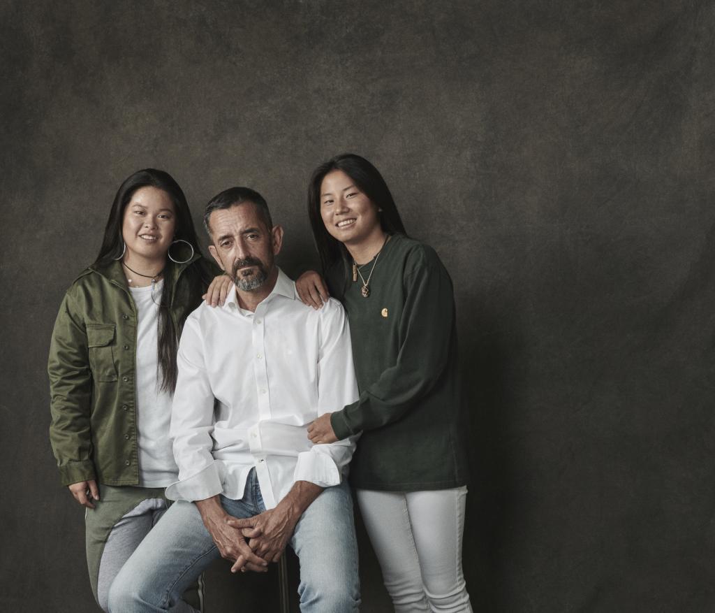 El doctor Pedro <HIT>Cavadas</HIT> con sus dos hijas, Ruolan y...