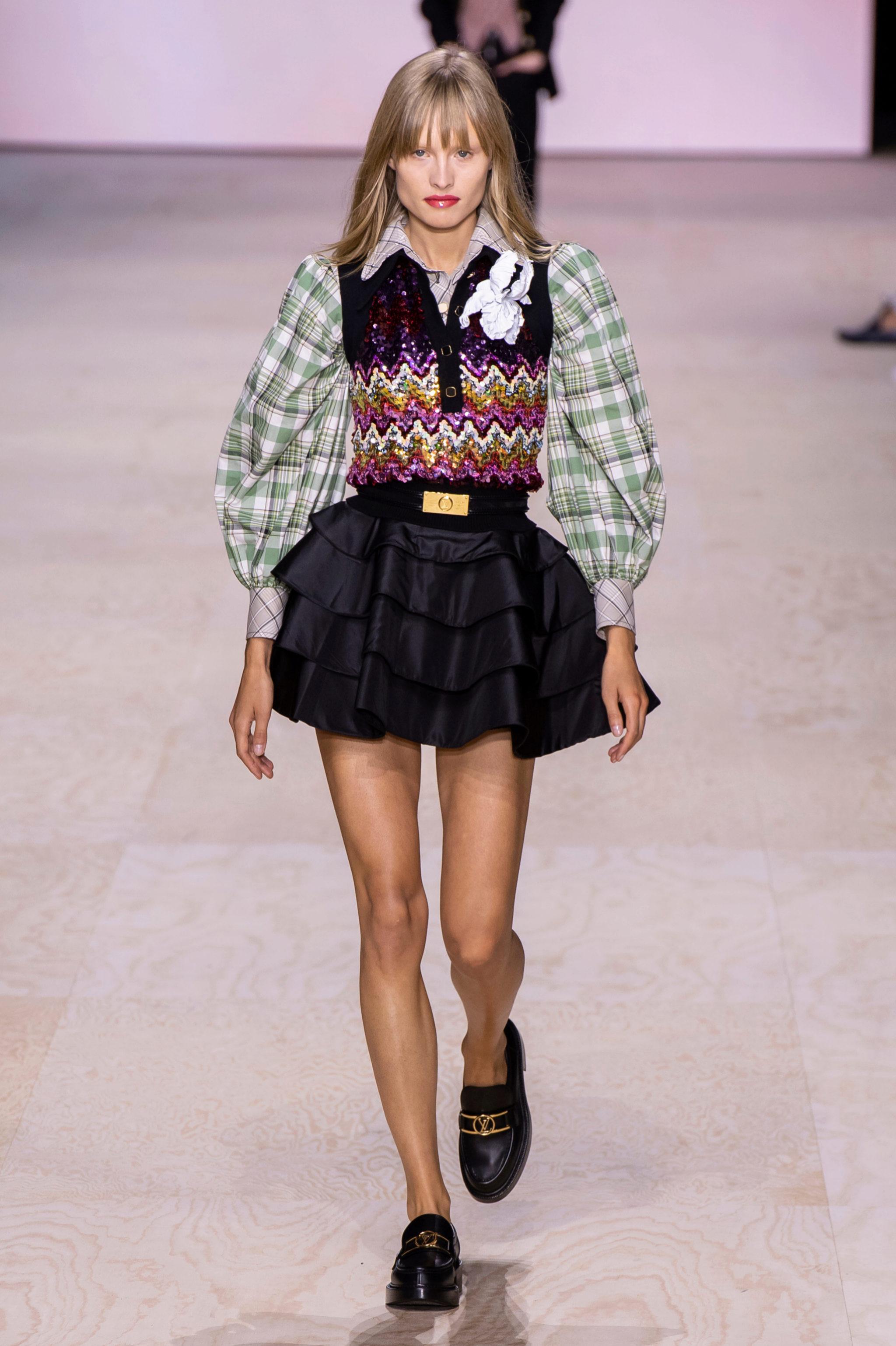Uno de los looks del desfile de Louis Vuitton con los mocasines