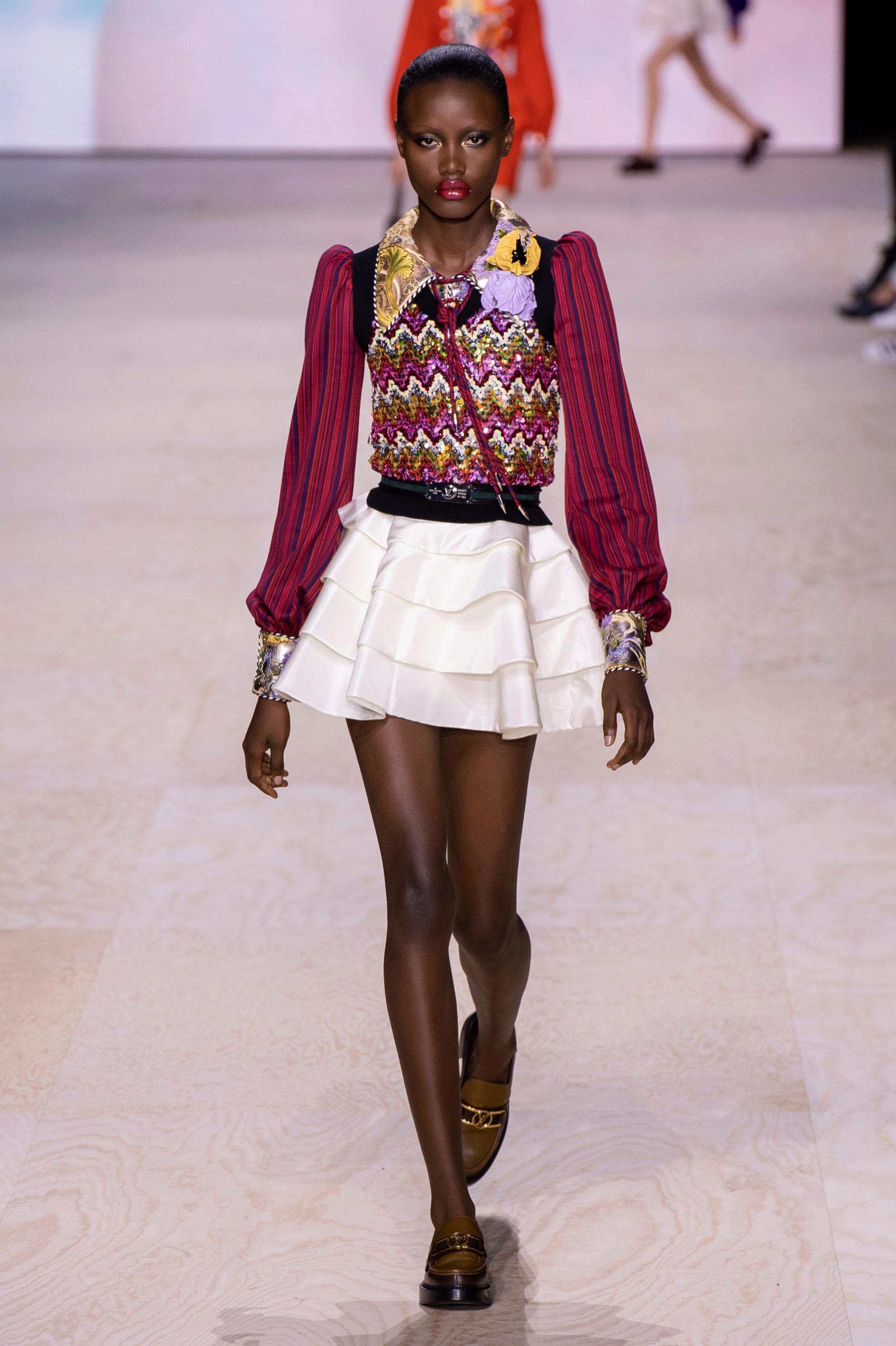 Louis Vuitton quiere que llevemos sus mocasines con un 'look college'