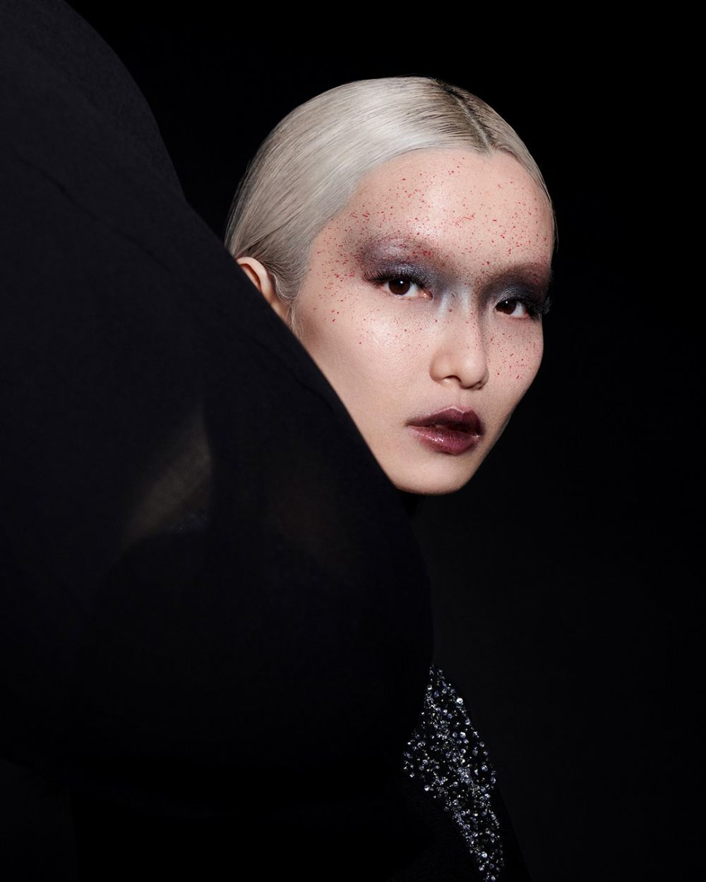 La clave del look propuesto por Givenchy es la simulación de sangre salpicando la cara.