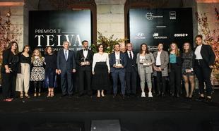Tras la entrega de premios, los homenajeados posaron junto a Sara...