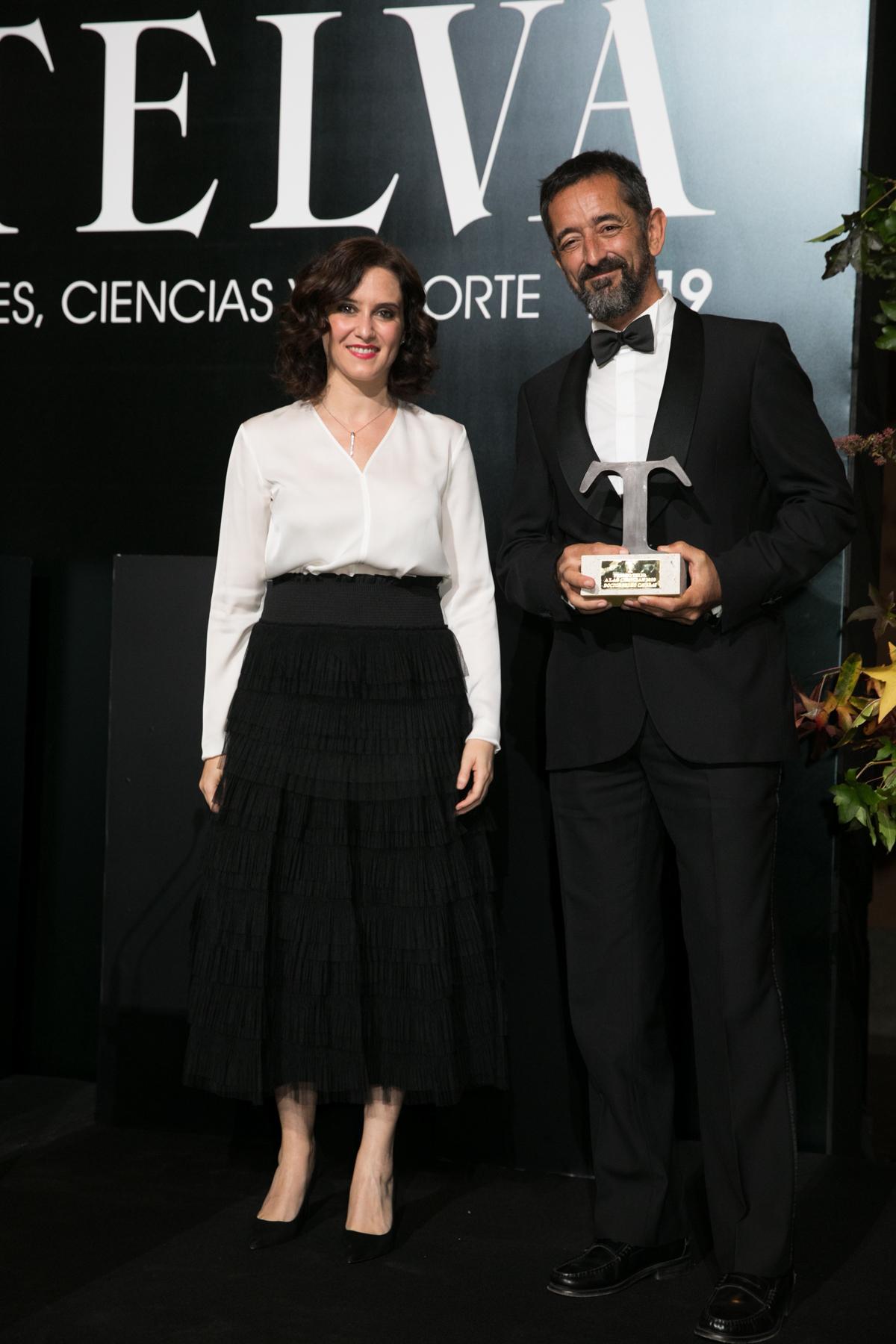 Isabel Díaz Ayuso, presidenta de la Comunidad de Madrid, entregó el Premio TELVA a las Ciencas 2019 al doctor Pedro Cavadas.