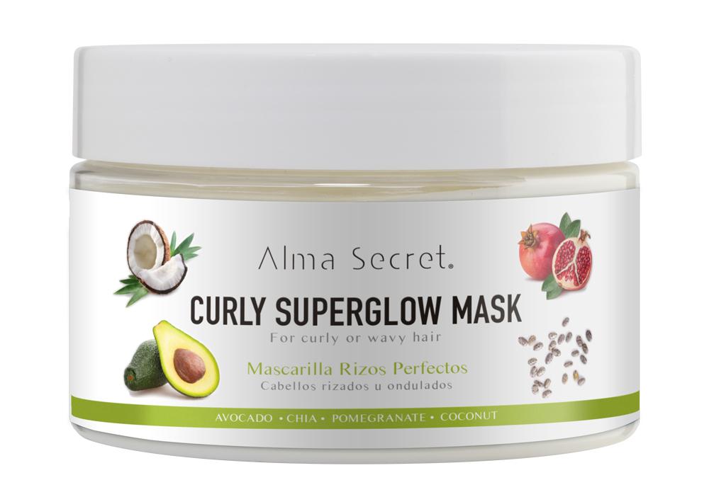 Mascarilla para pelo rizado Curly Superglow de Alma Secret (22,50 euros), enriquecida con nueve aceites no grasos para nutrir en profundidad, controlar el frizz y desenredar aportando suavidad, brillo y cuerpo a la melena.