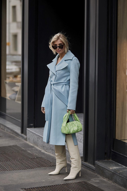 Xenia Adonts con un abrigo wrap.
