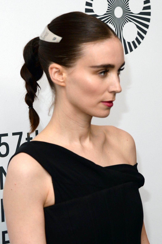 La actriz Rooney Mara lleva la coleta efecto trenza con dos mechones...