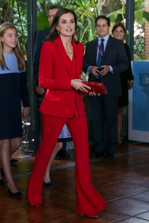 La reina Letizia, con un traje rojo de Roberto Torreta.