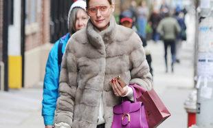 Olivia Palermo es de las que más sabe a la hora de llevar abrigos y...