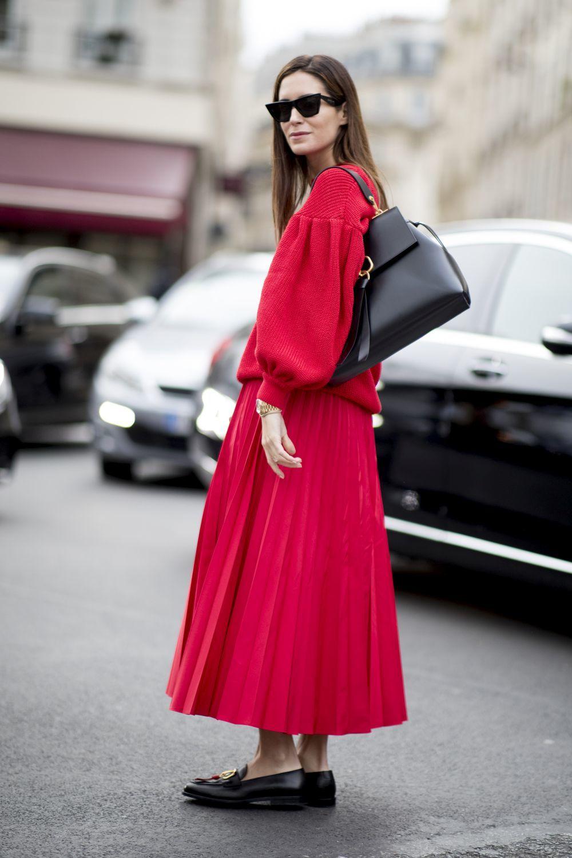 Botines de Zara con mocasines un look dominado por el rojo.