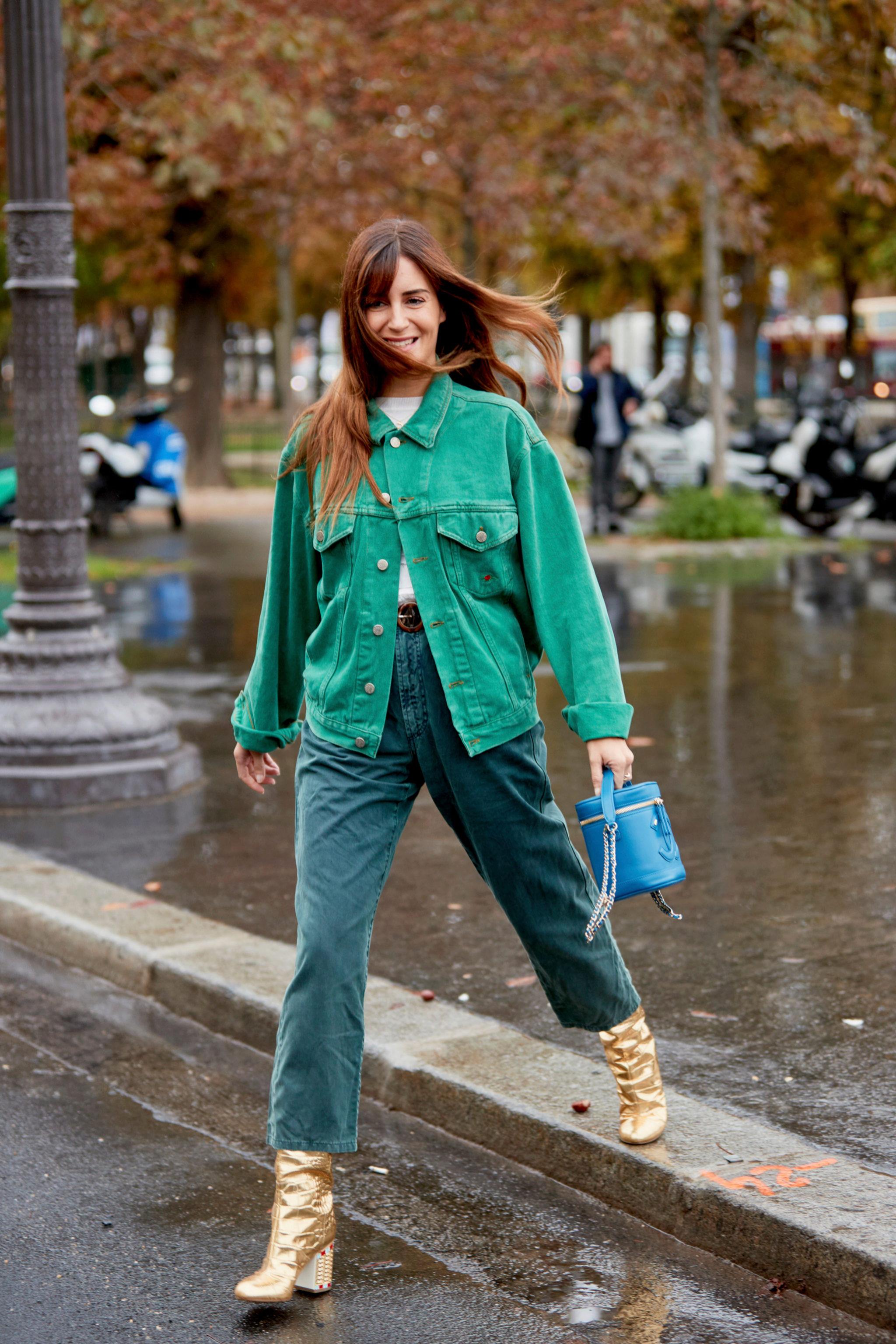 Un bolso de apariencia vintage (o vintage) le da un toque cool a un estilismo actual