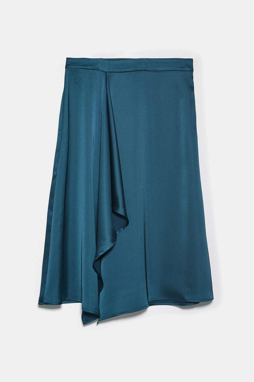 Falda midi satinada asimétrica de Zara