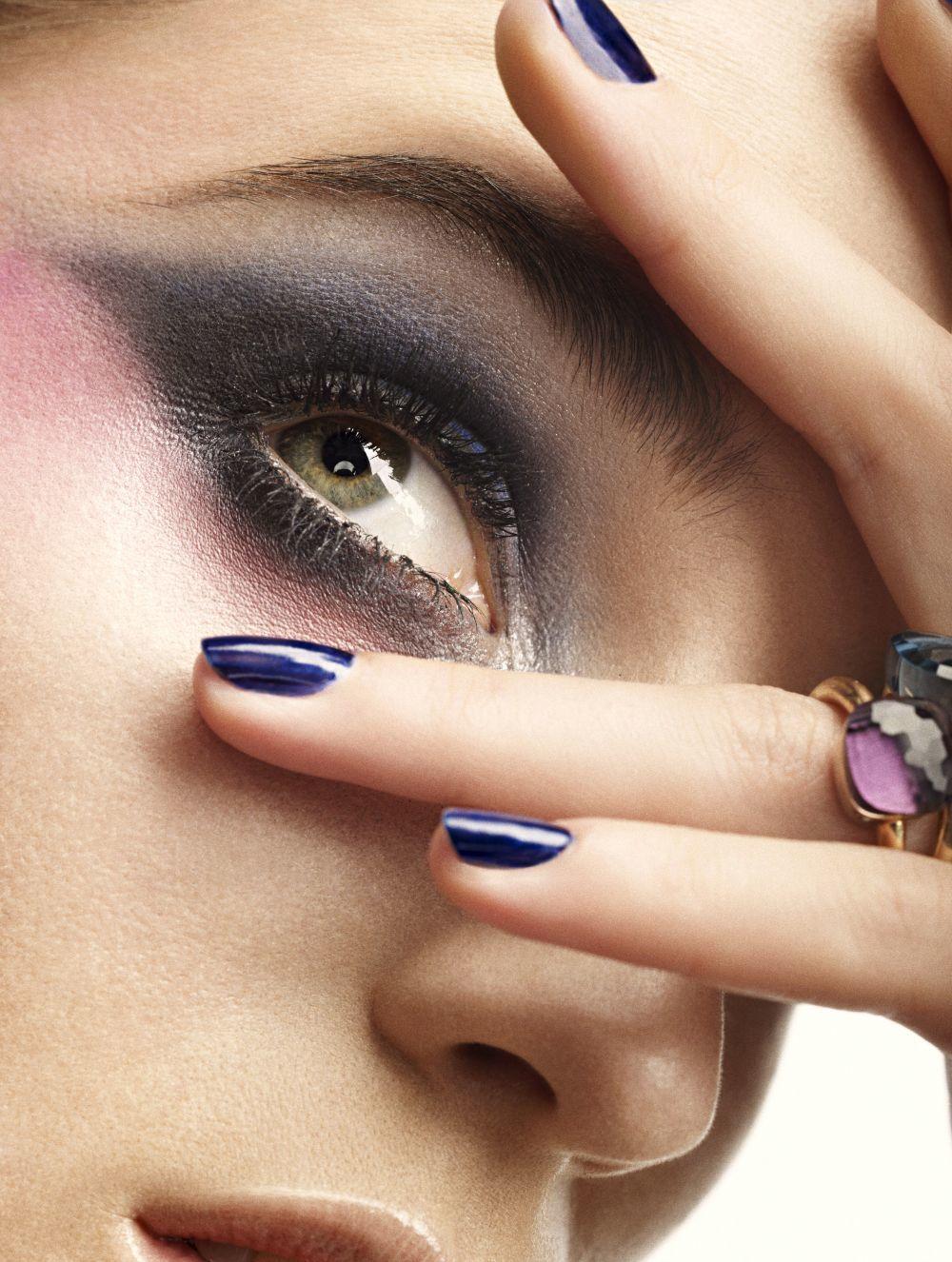 Si tienes los ojos verdes, intensifica su color con los tonos morados...