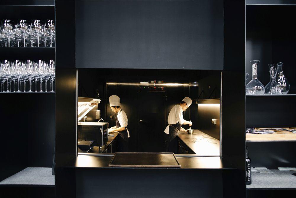 Una de las tres cocinas laterales que hay en el local.