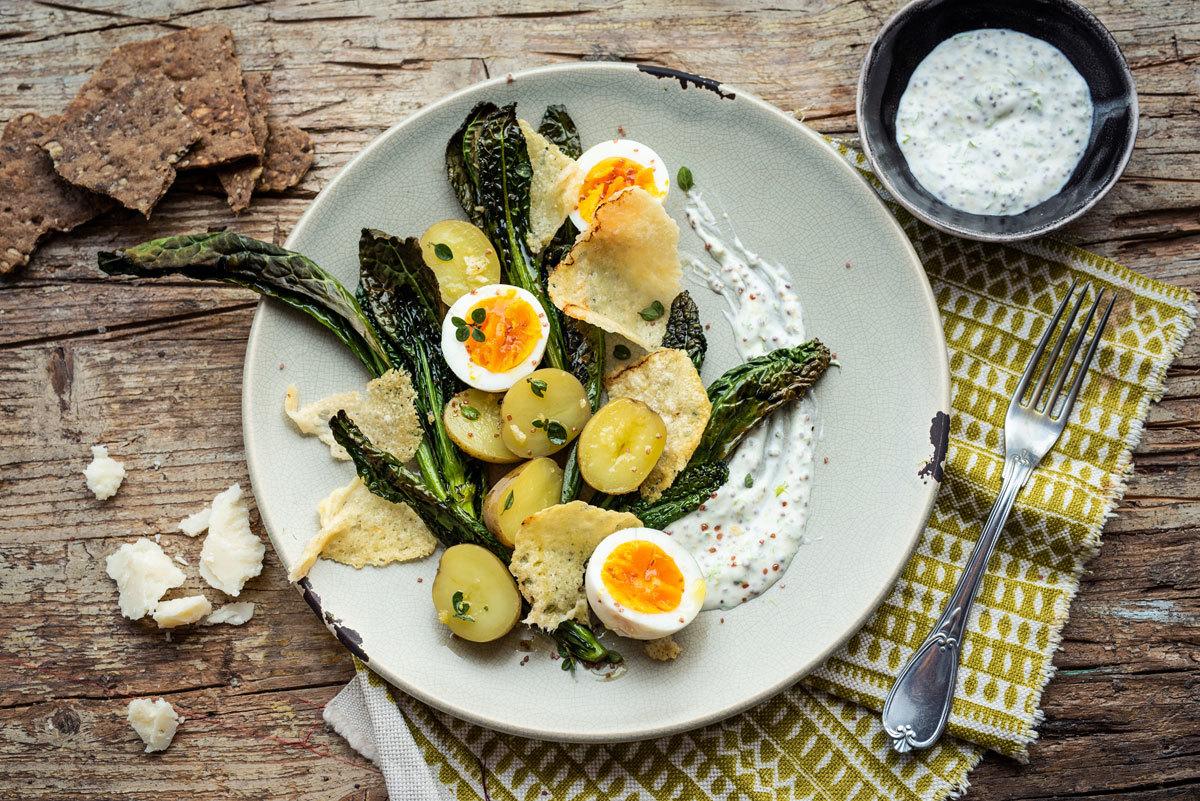 Ensalada de patatas nuevas, huevos duros y Parmigiano Reggiano a la parrilla