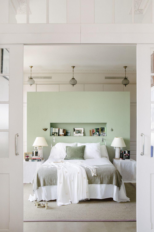 Dormitorio con tabique-cabecero. Detrás está el vestidor. Lámparas de Lucca.