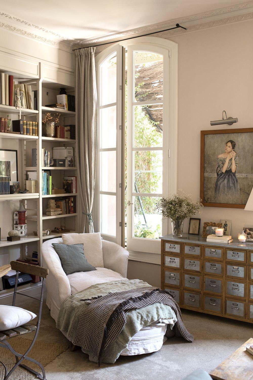 El salón, con retrato de Graziella por Pedro Moreno y mueble de Indian Pacific.
