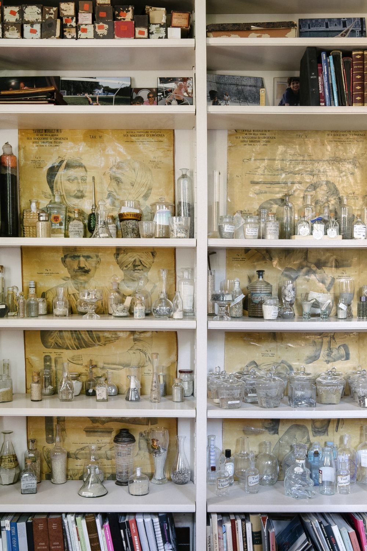 Pared del comedor con colección de cristal.