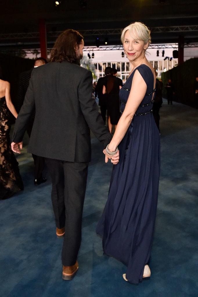 Keanu Reeves y Alexandra Grant caminando de la mano en la gala LACMA Art   Film.