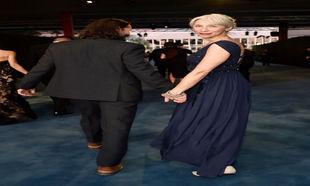 Keanu Reeves y Alexandra Grant caminando de la mano en la gala LACMA...