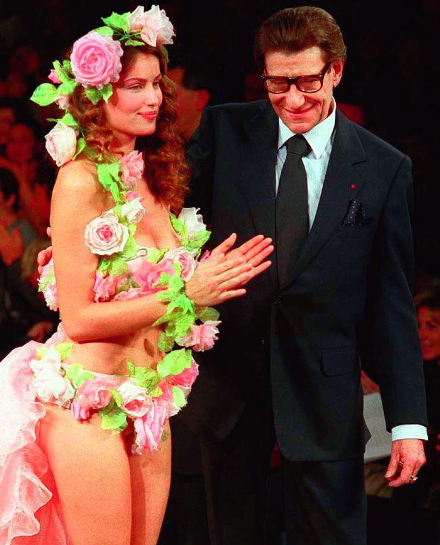El diseñador junto a Laetitia Casta en un desfile de Alta Costura en 1999.