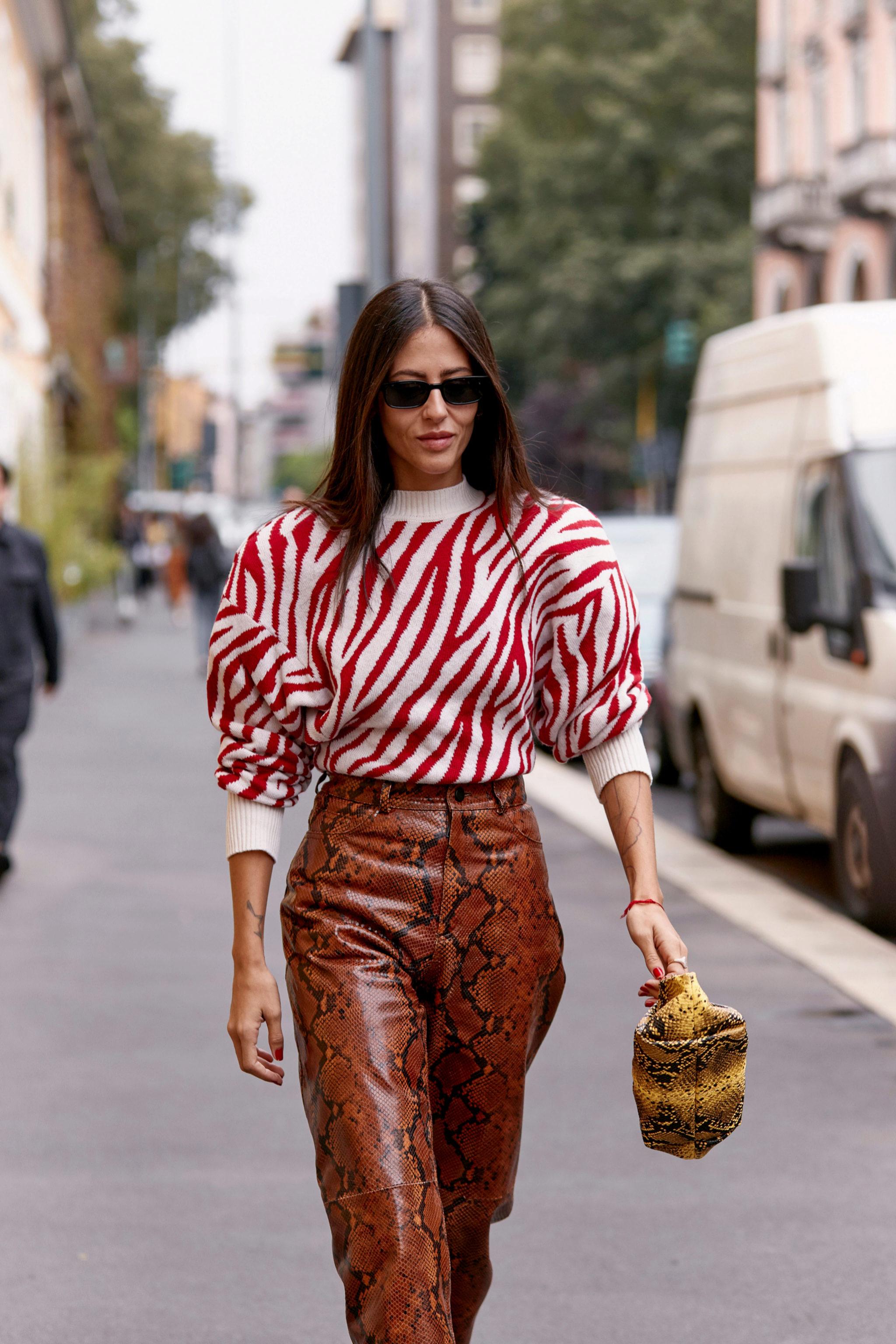Gilda Ambrosio en uno de sus looks de Milán luciendo bolso