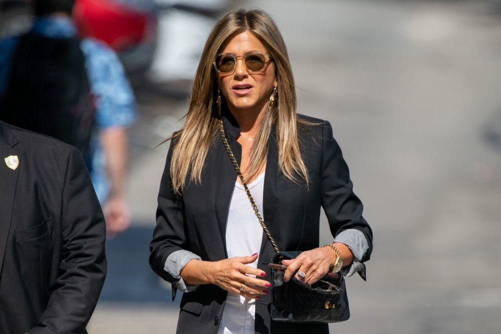 Jennifer Aniston también se apunta a las uñas rojas ovaladas y...