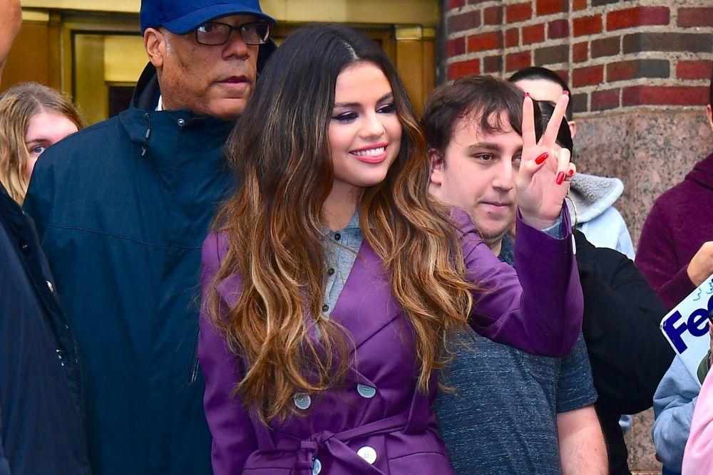 Selena Gomez también se apunta a la manicura en rojo con uñas...