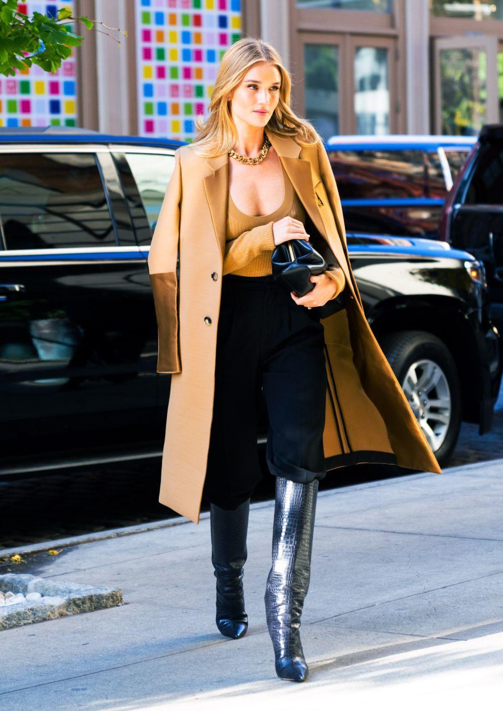 Rosie Huntington con abrigo en camel.