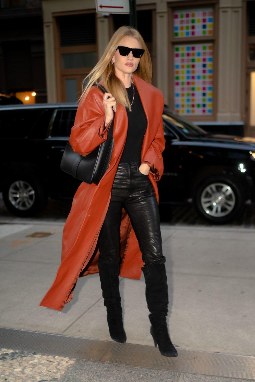 Rosie Huntington con un abrigo de cuero.