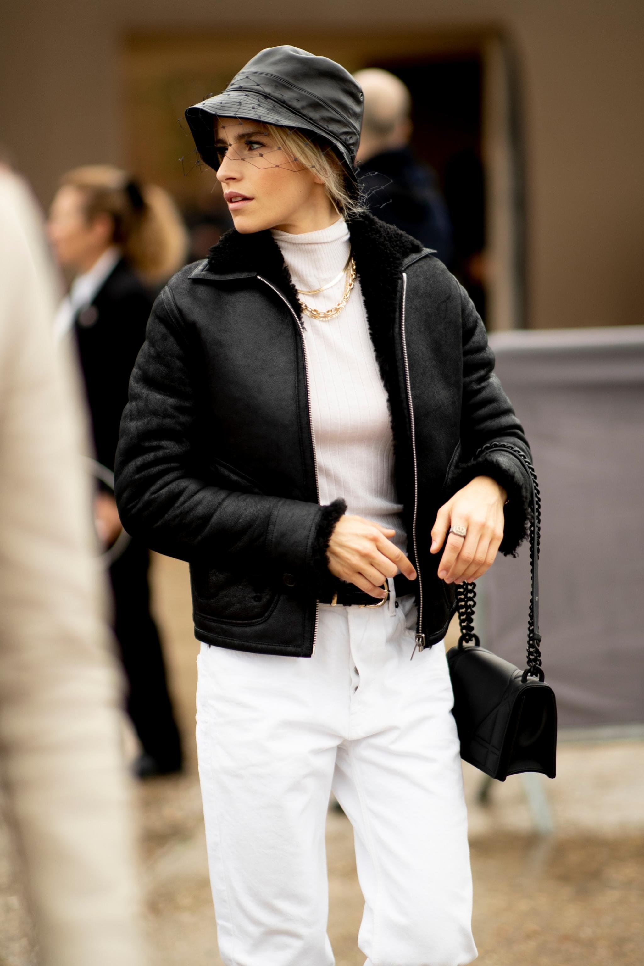 Caroline Daour aporta un toque chic a su estilismo casual con un...