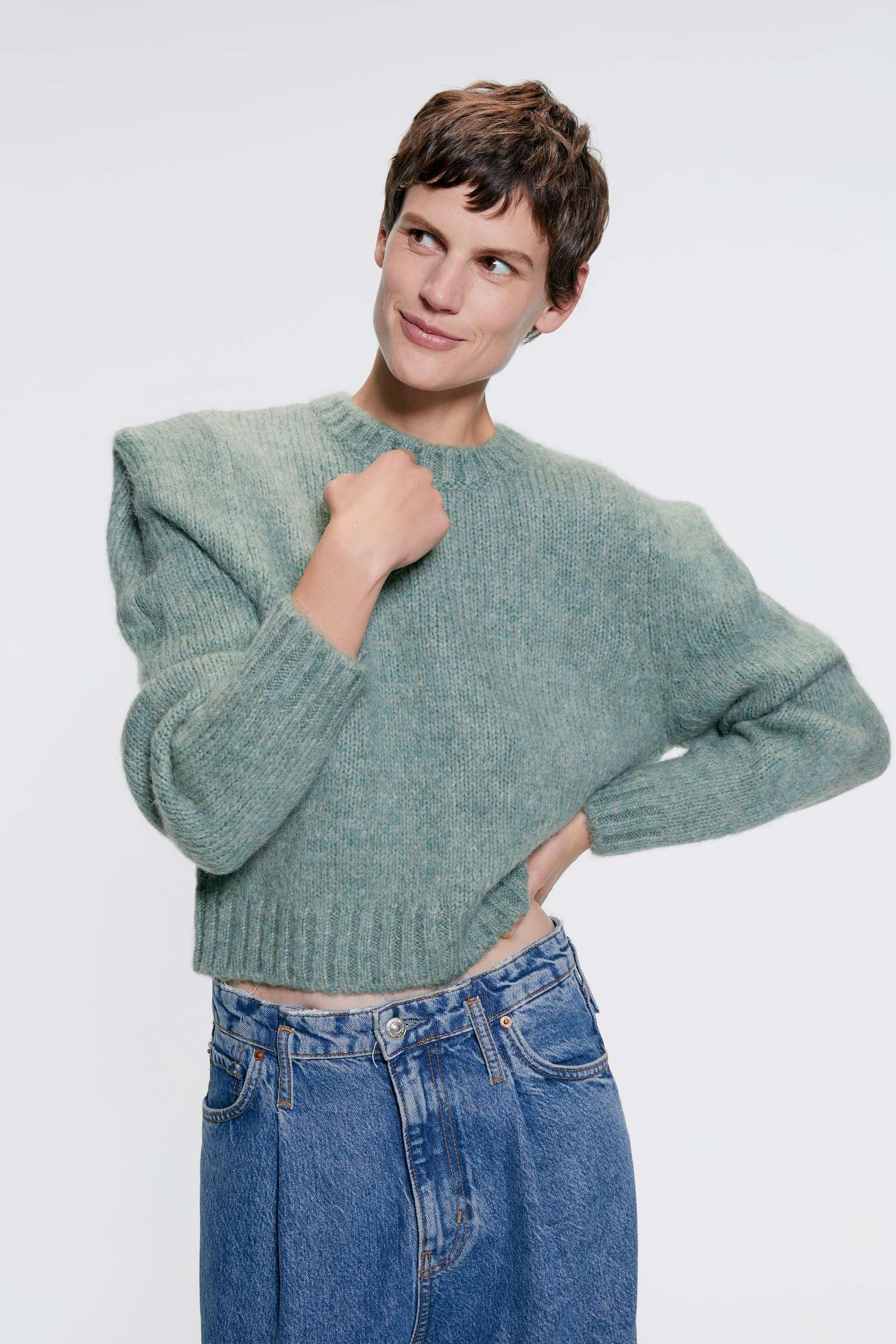 Jersey de hombros marcados de Zara (29,95 euros).