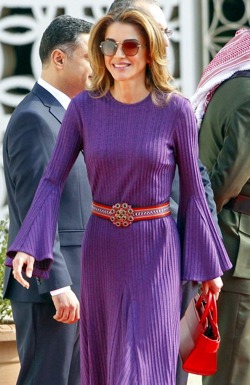 El look de Rania de Jordania con vestidode punto y accesorios en rojo.