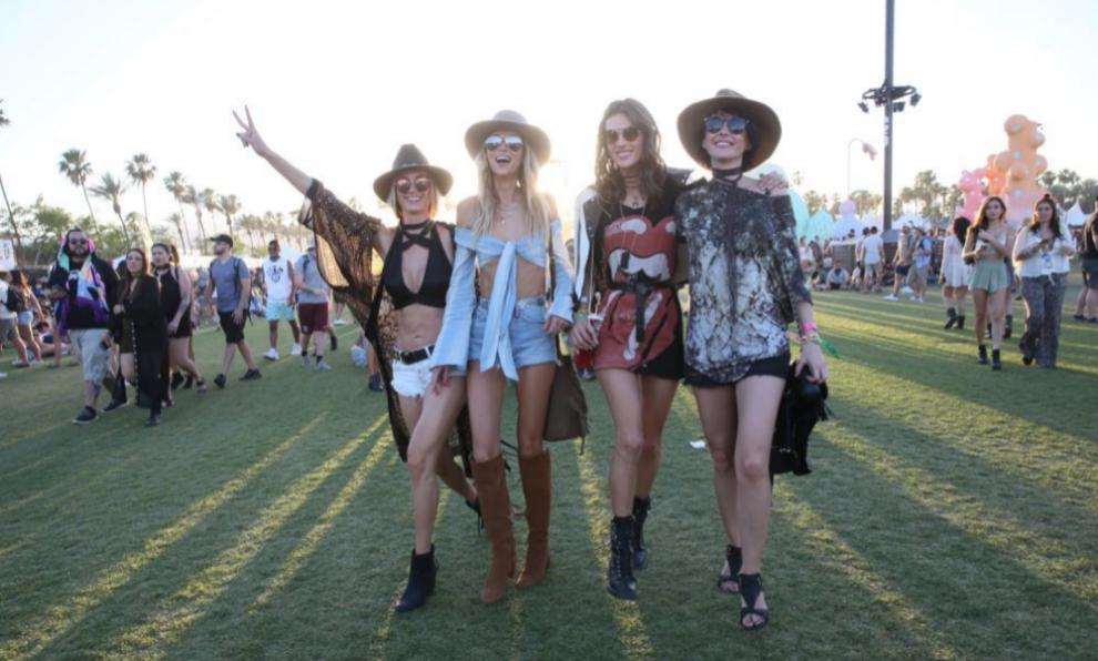 Grupo de influencers asistiendo al Festival de Coachella.