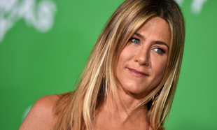 Jennifer Aniston con maquillaje y ante los flashes con su melena con...