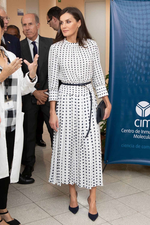 La reina Letizia con un diseño de Massimo Dutti