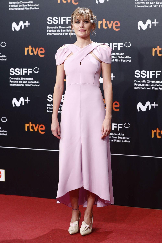 Marta Nieto con un vestido rosa.