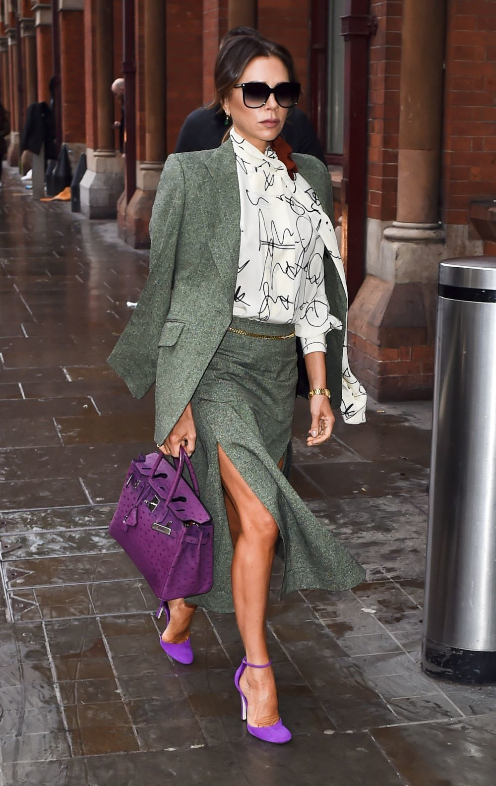 Victoria Beckham con accesorios en color morado.