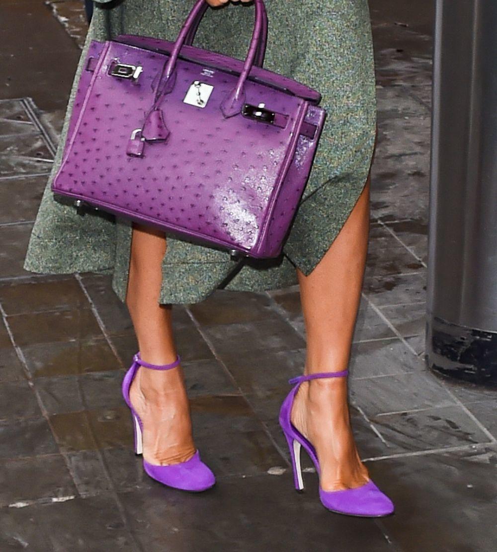 Victoria Beckham con complementos en color morado.