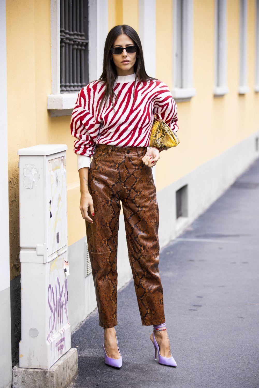 Gilda Ambrosio con zapatos color violeta.