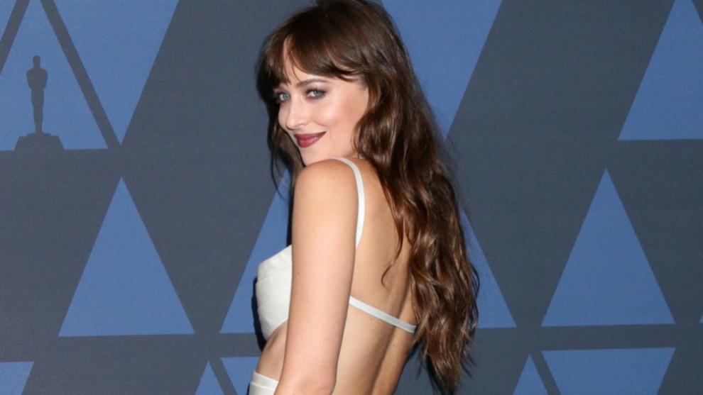 Dakota Johnson con unas mechas low lights que favorecen a su melena...