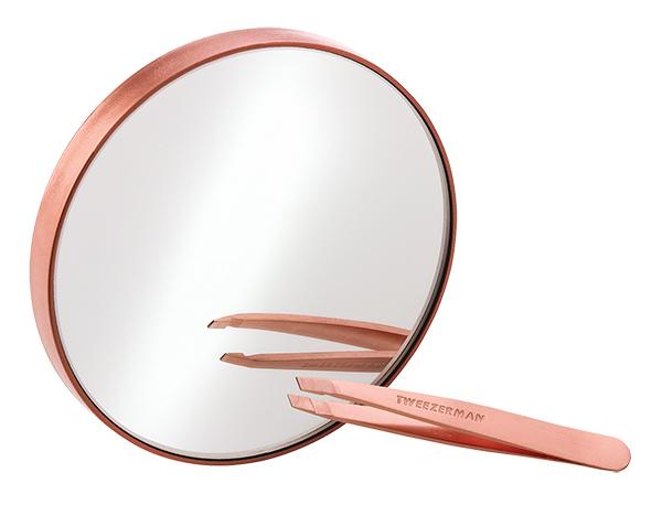 Set espejo de 10 aumentos con mini pinza Slant oro rosa de Tweezerman (34 euros). El dúo perfecto para identificar y eliminar los pelos más finos para una depilación precisa.