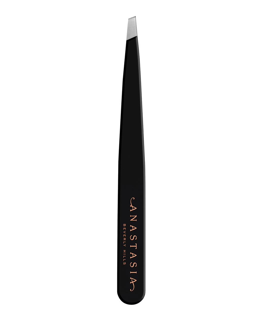 Pinzas de depilar Tweezers de Anastasia Beverly Hills (29 euros, en Sephora), de acero inoxidable y punta biseslada.