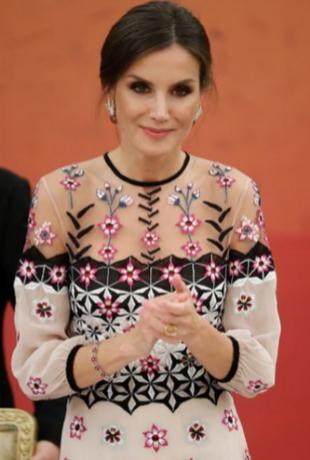 La reina Letizia con su anillo de Karen Hallam.