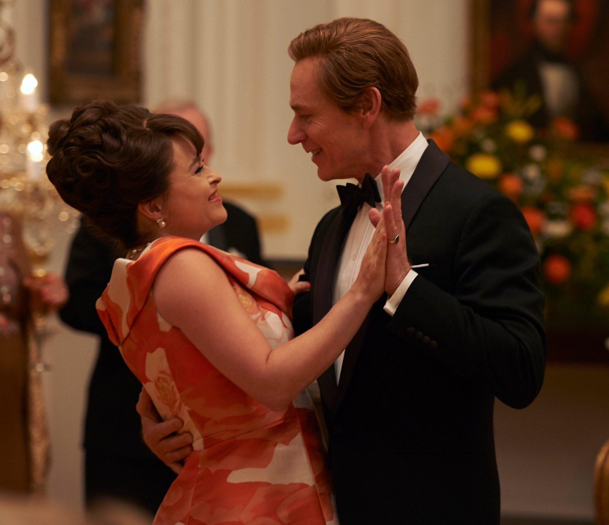 La princesa Margarita baila con el presidente Johnson en The Crown 3.
