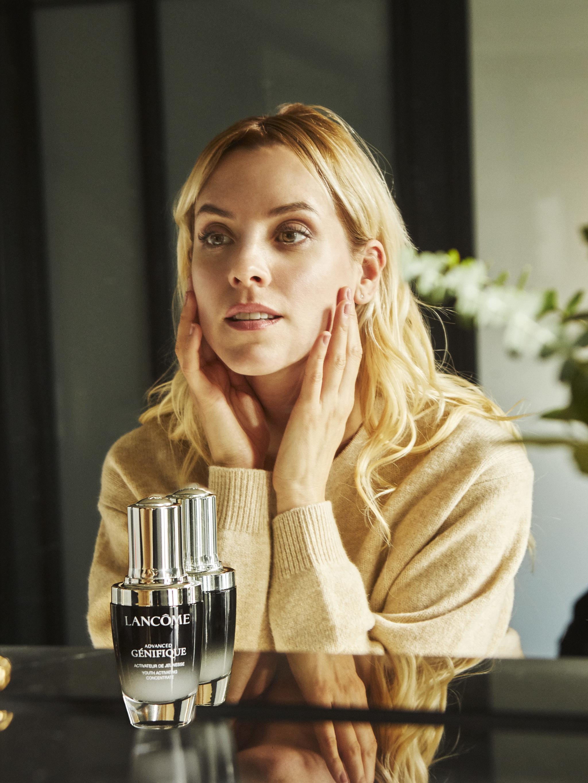 La actriz Maggie Civantos aplicándose Advanced Génifique Microbioma.