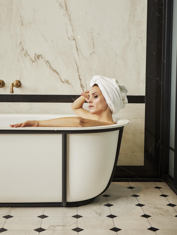 Maggie Civantos disfrutando de un baño relajante.