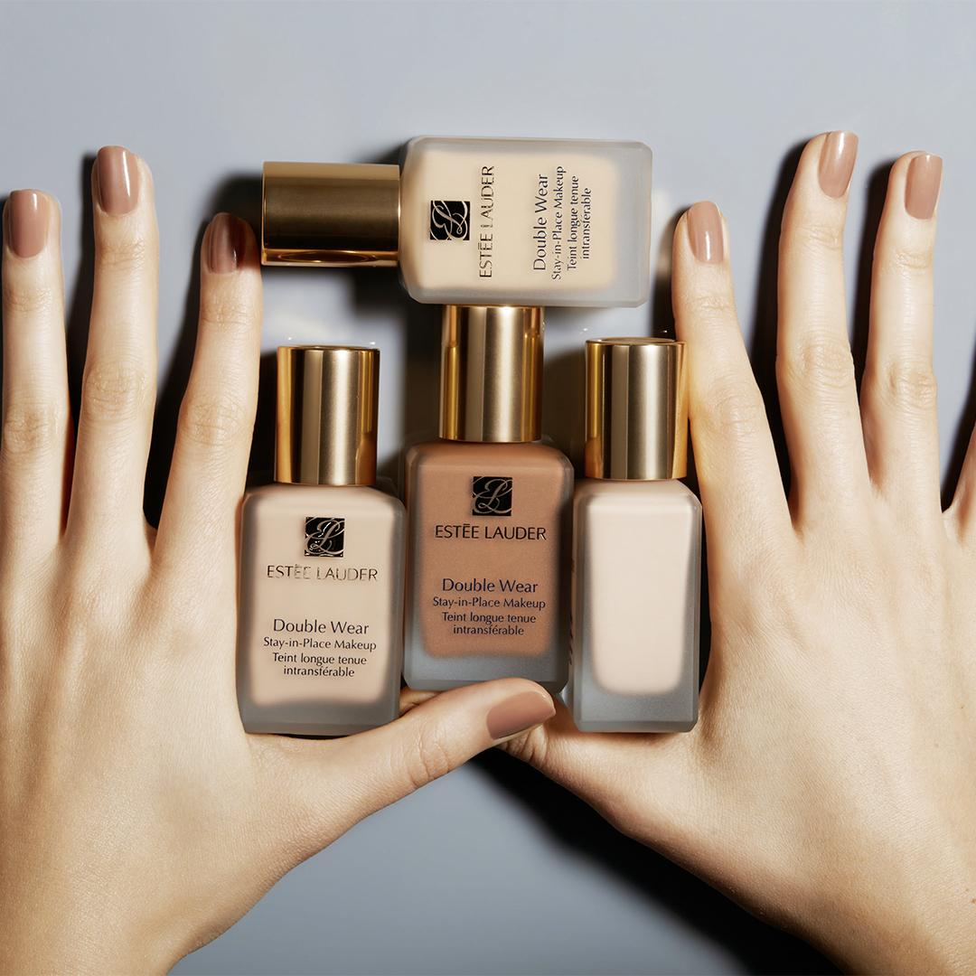 La mítica base de maquillaje con alta cobertura  Double Wear