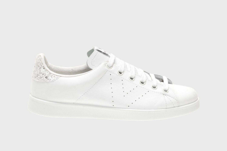 Zapatillas blancas con detalles en glitter y cordones de Victoria...