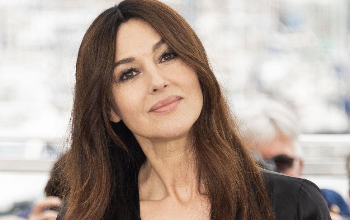 Monica Belucci siempre lleva los ojos perfilados y sombras oscuras.