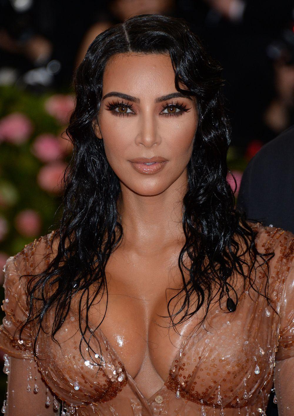 Kim Kardashian con una melena con ondas efecto mojado.